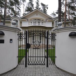 kuta bramka wejściowa z numerem domu