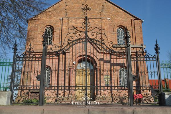 brama kuta czarna przed kościołem