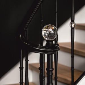 element kryształowy na balustradzie kutej