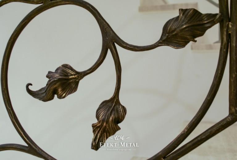 dekoracyjne liście na kutej balustradzie