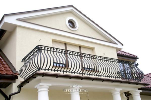klasyczna kuta balustrada na balkonie